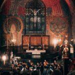 Oversiktsbilde over Ålesund kirke, med musikere som spiller.